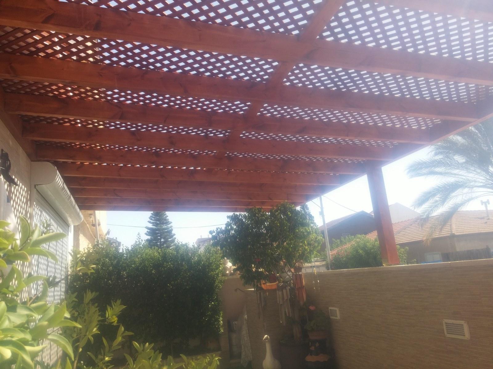 פרגולה עם רשתות עץ להצללה